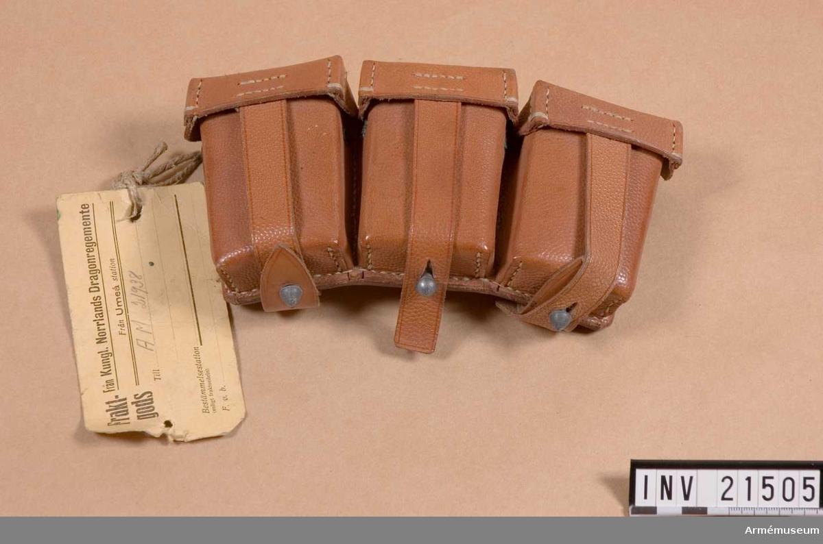 """Grupp C I. Av brunt läder. Tre skilda avdelningar med lock. I varje avdelning ryms det 2 patronknippen om 5 patroner =30 patroner i hela väskan. På baksidan märkt: """"SACKS & DEISSELBERG HAMBURG 1923 H.B.A.B.""""."""