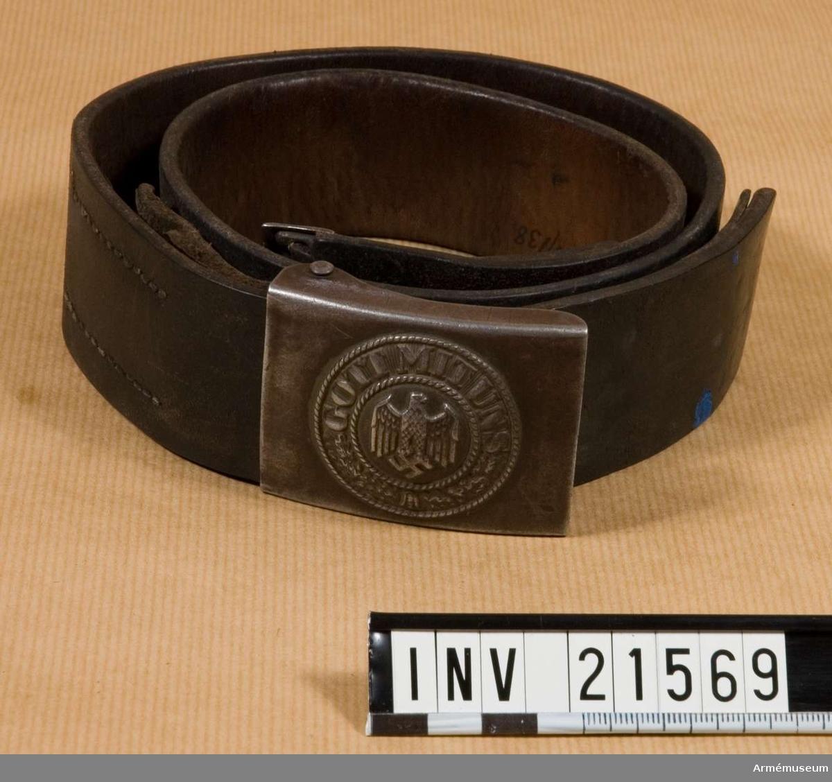 """Livrem, menig, Tyskland.Grupp II.Av svart läder. På baksidan ingraverad stämpel """"1940"""". Spänne av mattgrå metall. Krans, i mitten örn och hakkors. På medaljongen ingraverat """"Hoheitszeichen der Luftwaffe"""".Tillstånd 1954-04 Gott.Enl Granberg."""