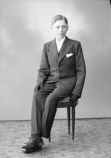 """Enligt fotografens journal nr 6 1930-1943: """"Olofsson, Fredrik Stenung Stenungsund""""."""