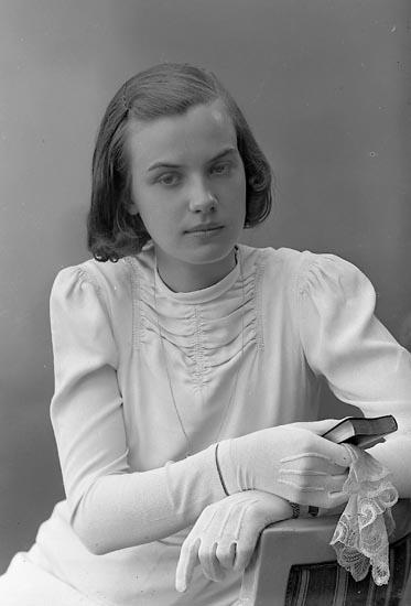 "Enligt fotografens journal nr 6 1930-1943: ""Pettersson, Fr. Ingrid Ängås, Svanesund""."