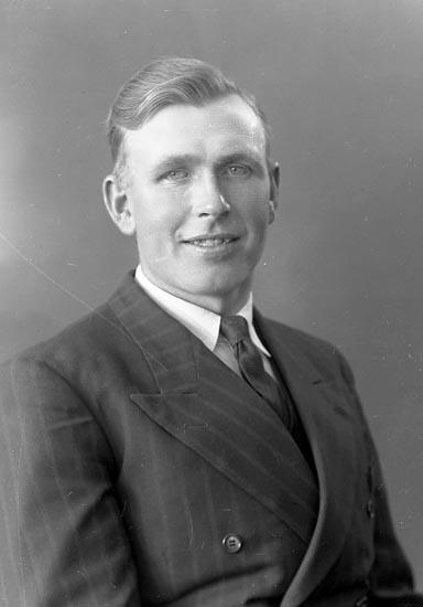 "Enligt fotografens journal nr 6 1930-1943: ""Hjärn, Erik Stenungsund""."