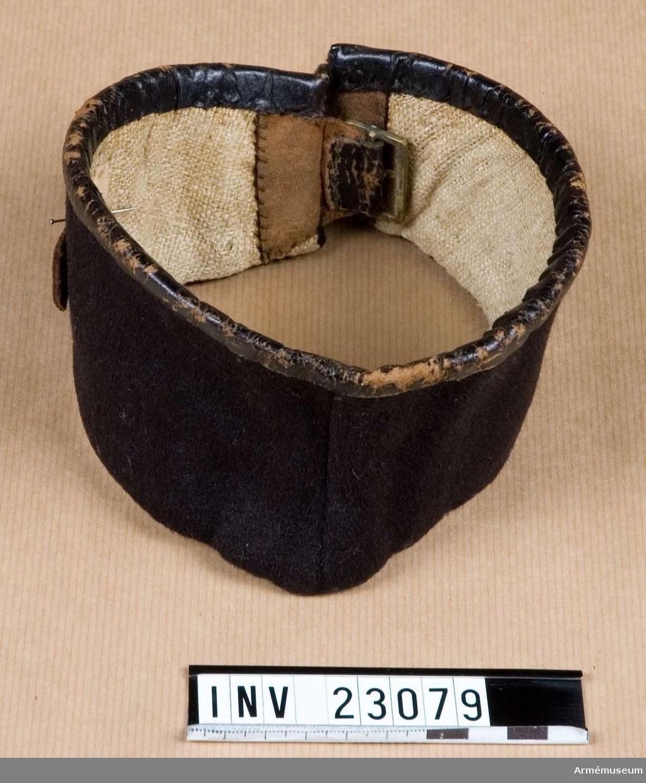 Grupp C I. Ur uniform, livplagg m/1833, för manskap vid Svea livgarde 1833-45. Uniform består av frack, epåletter, långbyxor, tschakå, plym, damasker, skor, halsduk, gehäng, handrem, patronkök, bandolär.