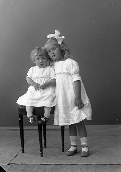 """Enligt fotografens journal nr 3 1916-1917: """"Eriksson, Fru Här""""."""