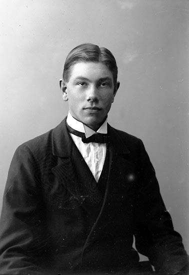 """Enligt fotografens journal nr 4 1918-1922: """"Pettersson, Josef Enekläpp Ödsmål""""."""