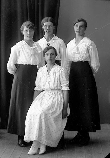 """Enligt fotografens journal nr 4 1918-1922: """"Nilsson, Frida Brattön""""."""