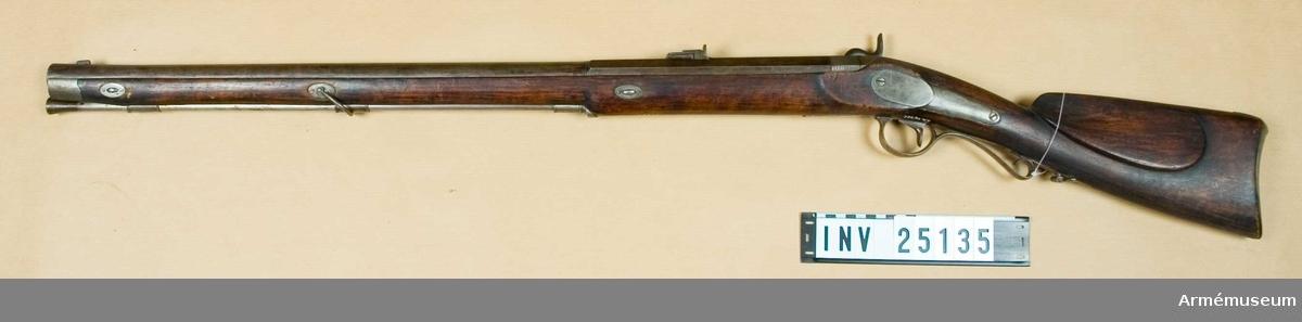 Grupp E II. Studsare m/1840, arméns skarpskyttar. Tillverkat vid Carl Gustafs stads gevärsfaktori i Eskilstuna. Tillverkningsnummer 490.