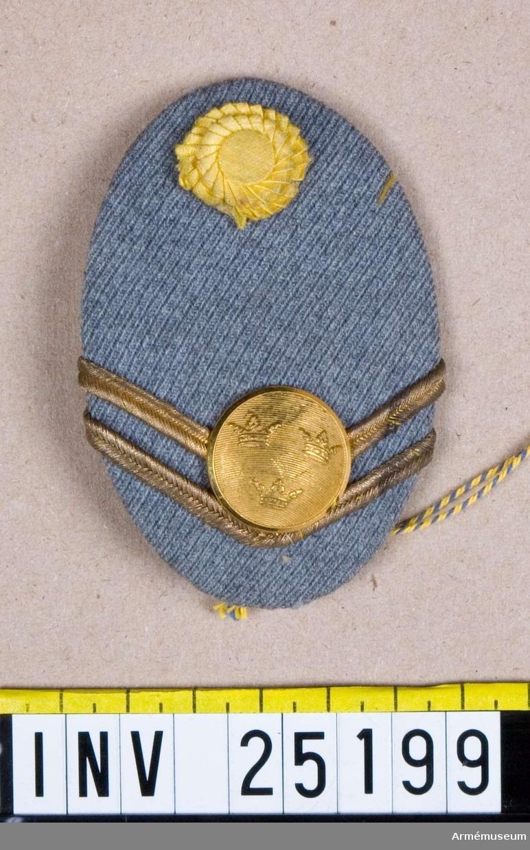 Kokard med knapp till pälsmössa för fanjunkare vid Vaxholms grenadjärregemente.