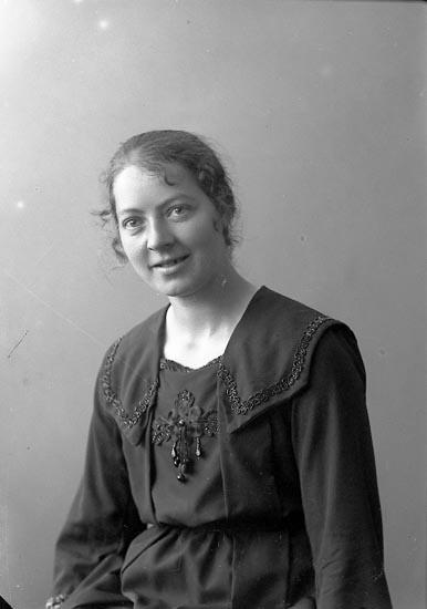 "Enligt fotografens journal nr 4 1918-1922: ""Larsson, Fr. Emilia Aröd Jäger""."