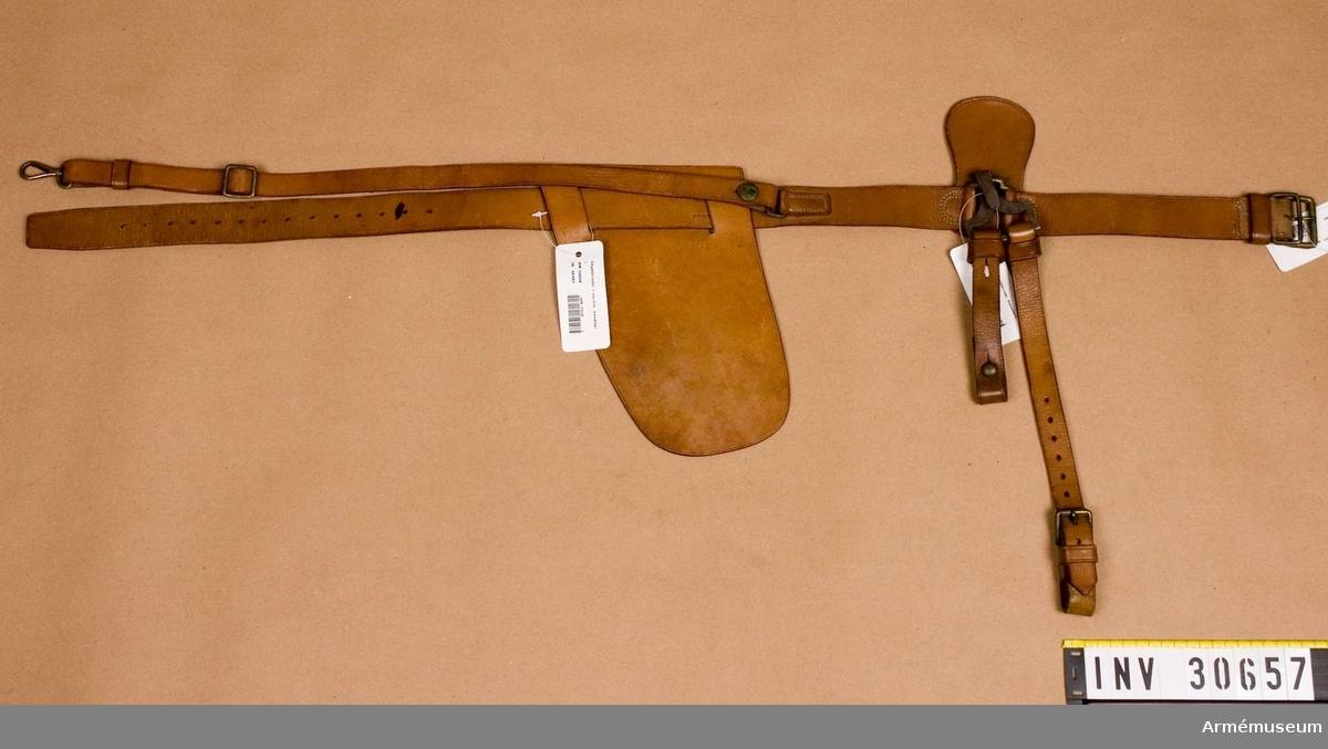 Samhörande nr är: 3057-60, livrem, skyddsläder för karbin, krok med sabelbärrem, patronväska. Grupp C I.