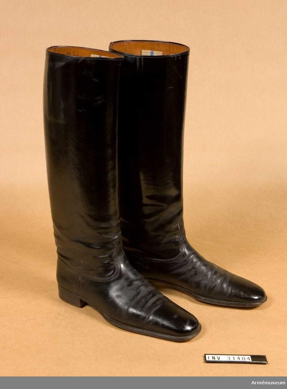 Grupp C I. Tillverkade av svart, lackerat läder. Har tillhörande sporrar, remmar, fodral, block och pådragare.