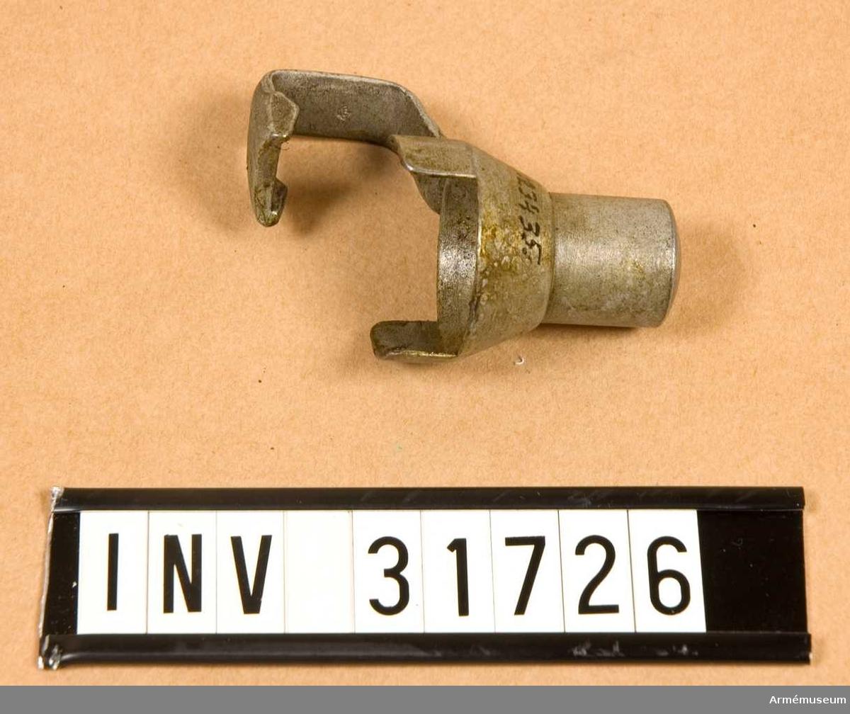 Grupp E II.  Kombinerat mynnings- och kornskydd. Samhörande nr AM.031723-AM.031726, gevär, bajonett, balja, mynningsskydd.