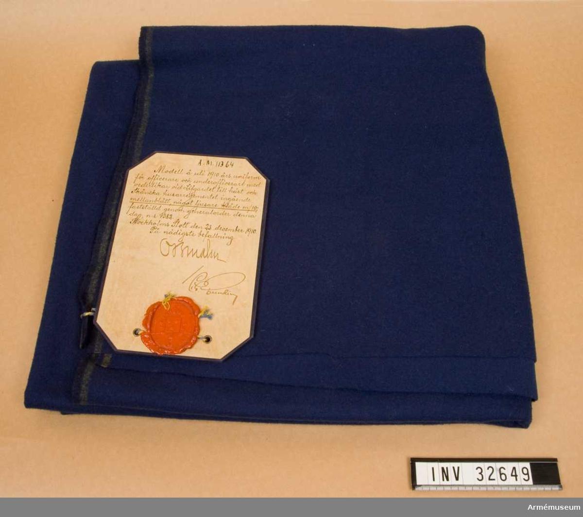 Grupp C I För mellanblått något ljusare kläde. Ingående i 1910 års uniform för officerare och underofficerare med vederlikar vid Livgardet till häst och Skånska husarregementet. Fastställt enligt generalorder 1383 den 23 december 1910.