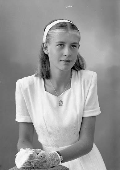 """Enligt fotografens journal nr 7 1944-1950: """"Berntsson, Gullan Här""""."""