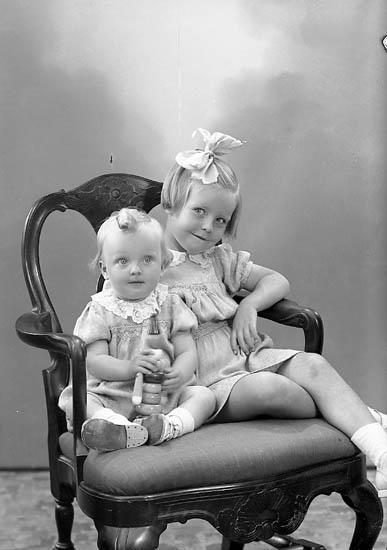 """Enligt fotografens journal nr 7 1944-1950: """"Johansson, Agneta o Birgitta S. Vägen Här""""."""