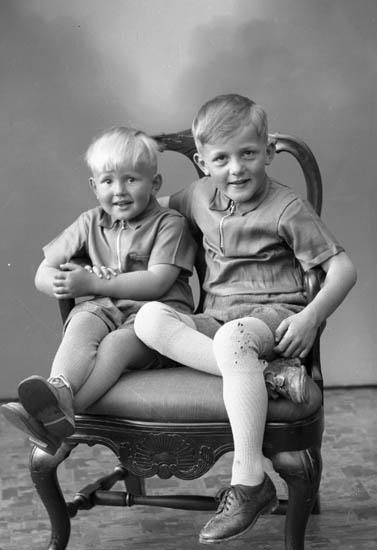 """Enligt fotografens journal nr 7 1944-1950: """"Olsson, Håkan o Erik adr. Fru Nanna O. Gustorp Gilleby""""."""