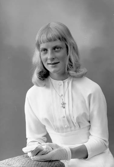 "Enligt fotografens journal nr 8 1951-1957: ""Torsdotter, Fr. Anne-Sofie, Stkhm Vällingby""."