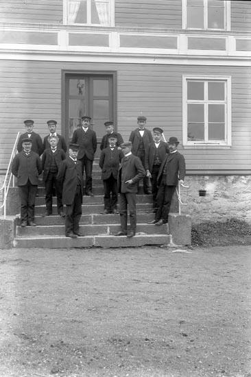 """Enligt fotografens journal nr 1 1904-1908: """"Landtmannaskolan Ljungskile""""."""