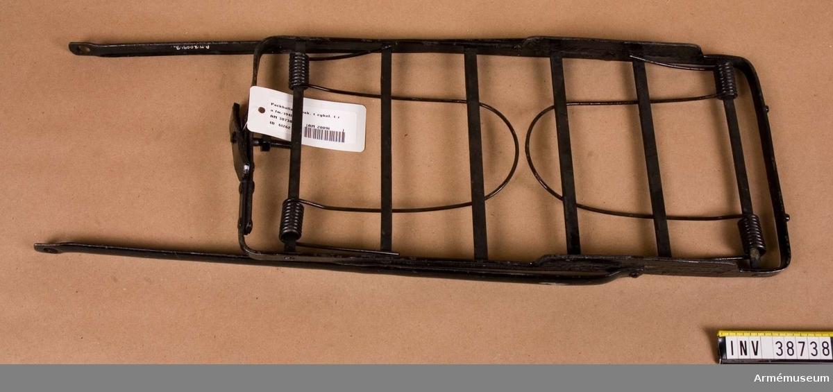 Grupp H II.  Packhållare till cykel. Hållaren saknas.  Samhörande nr AM.038734-AM.038742, radio, packhållare, kopplingsplintar, mikrofonkapslar.