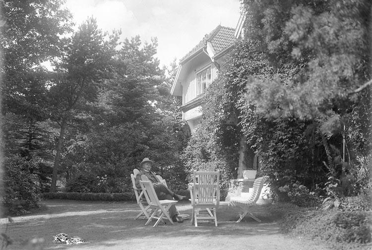 """Enligt fotografens journal nr 5 1923-1929: """"Kullgren, Stadsmäklare Stenungsön"""". Enligt fotografens notering: """"Stadsmäklare W. Kullgren i villaträdgården""""."""