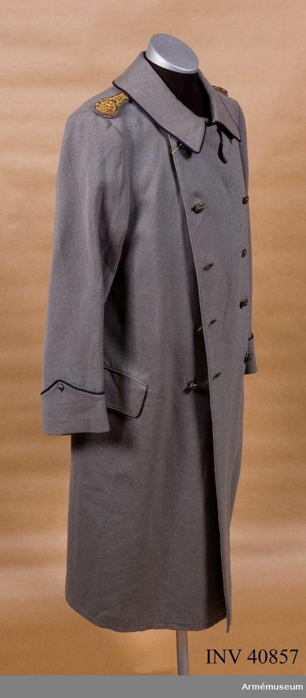 Grupp C I. Ur uniform för löjtnant i reserven vid Positionsartillerireg.Består av vapenrock, kappa, ridbyxor, hatt, ståndare, skärp, stövlar, sporrar. Buren av löjtnant B H Allard; officer 1916.