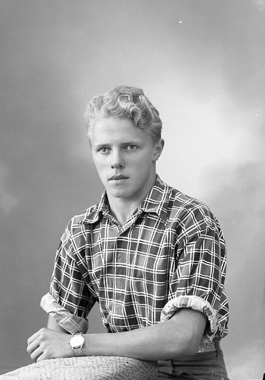 """Enligt fotografens journal nr 8 1951-1957: """"Andersson, Bertil Varekil""""."""