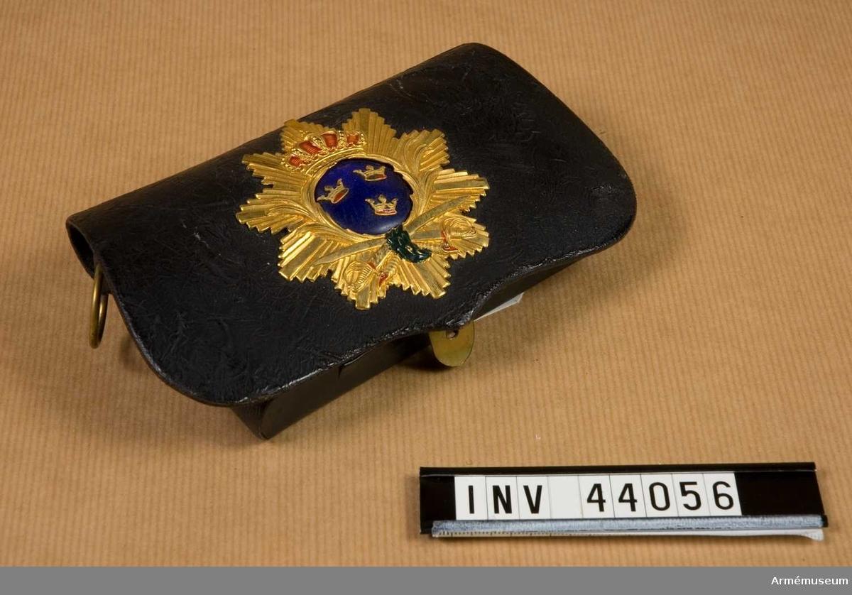 Grupp C I. Ur uniform för kapten vid Svea artilleriregemente. Består av attila, långbyxor, ridbyxor, skärp, kartuschlåda, rem, pompong och plym.