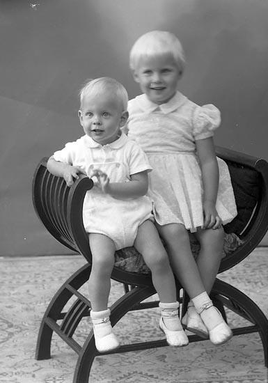 "Enligt fotografens journal nr 9 1958-: ""Magni, Fru Birgit Stenungsund""."