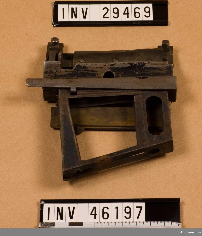 Grupp E V. Denna laddram passar mycket bra i löst magasin,  (AM.026003). Magasinet passar desutom mycker bra i gevär med cylindermekanism Envalls projekt 1880-talet, (AM.031206).