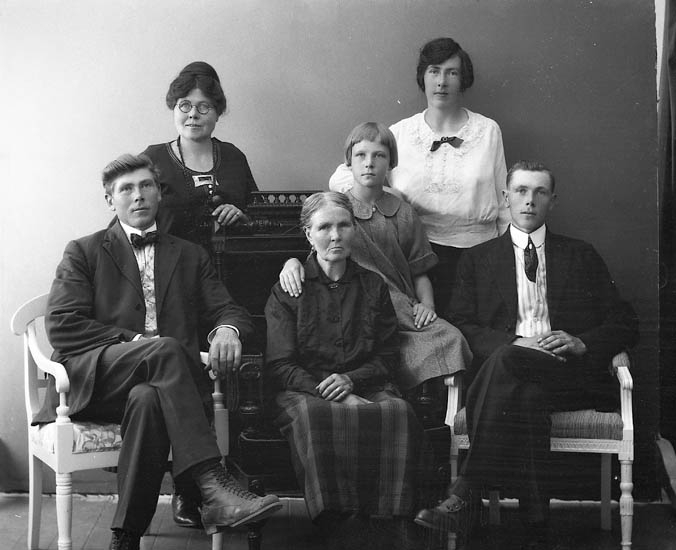 """Enligt fotografens journal nr 5 1923-1929: """"Olsson, Fr. Amanda Hällebäck""""."""