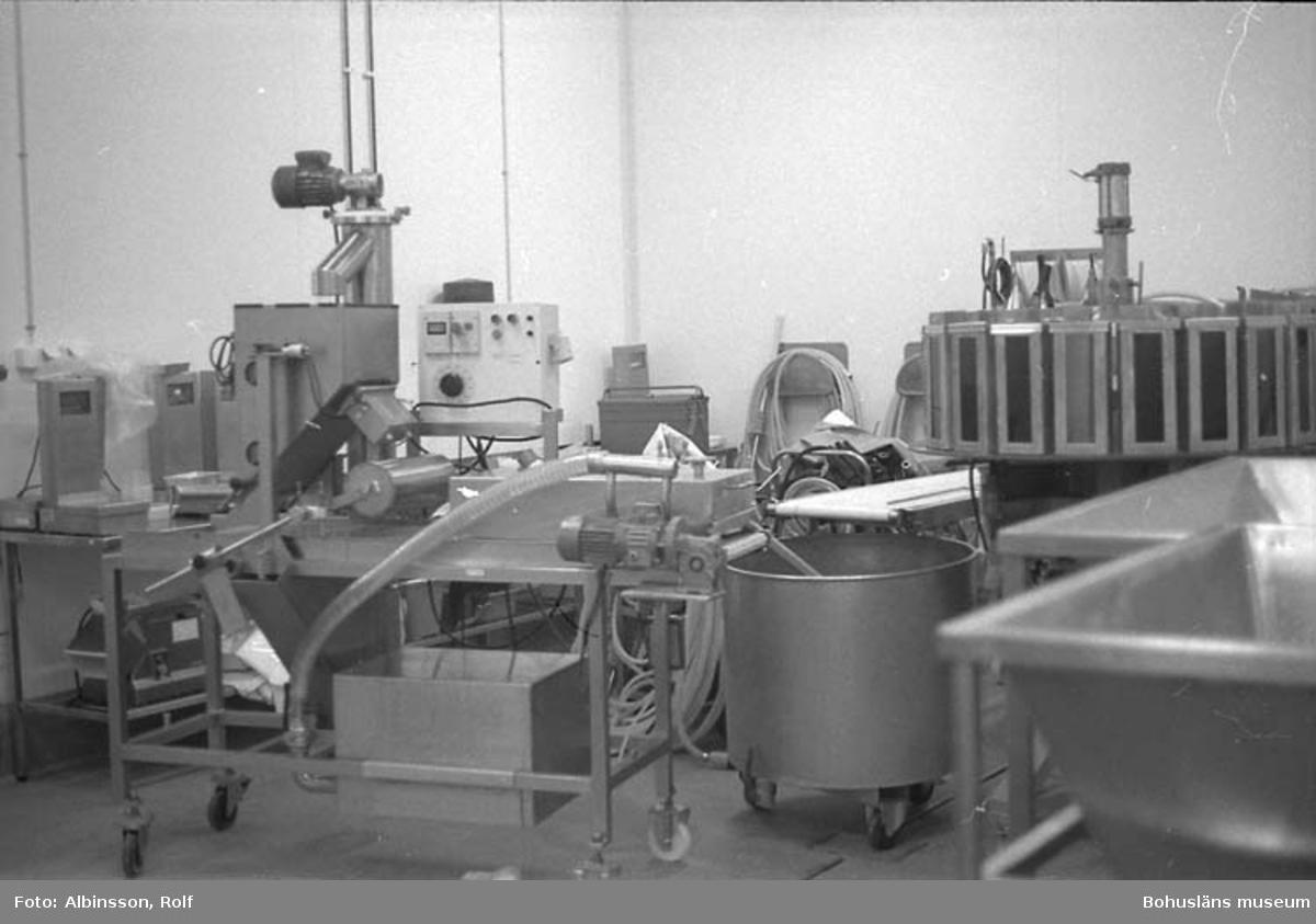 """Enligt fotografens noteringar: """"Detta rum låg bredvid föregående rum, fungerade som maskinförråd och lagrade maskiner för alternativa produktionsprocesser. Man alternerar maskinerna efter produkt."""" Fototid: 1996-01-19."""