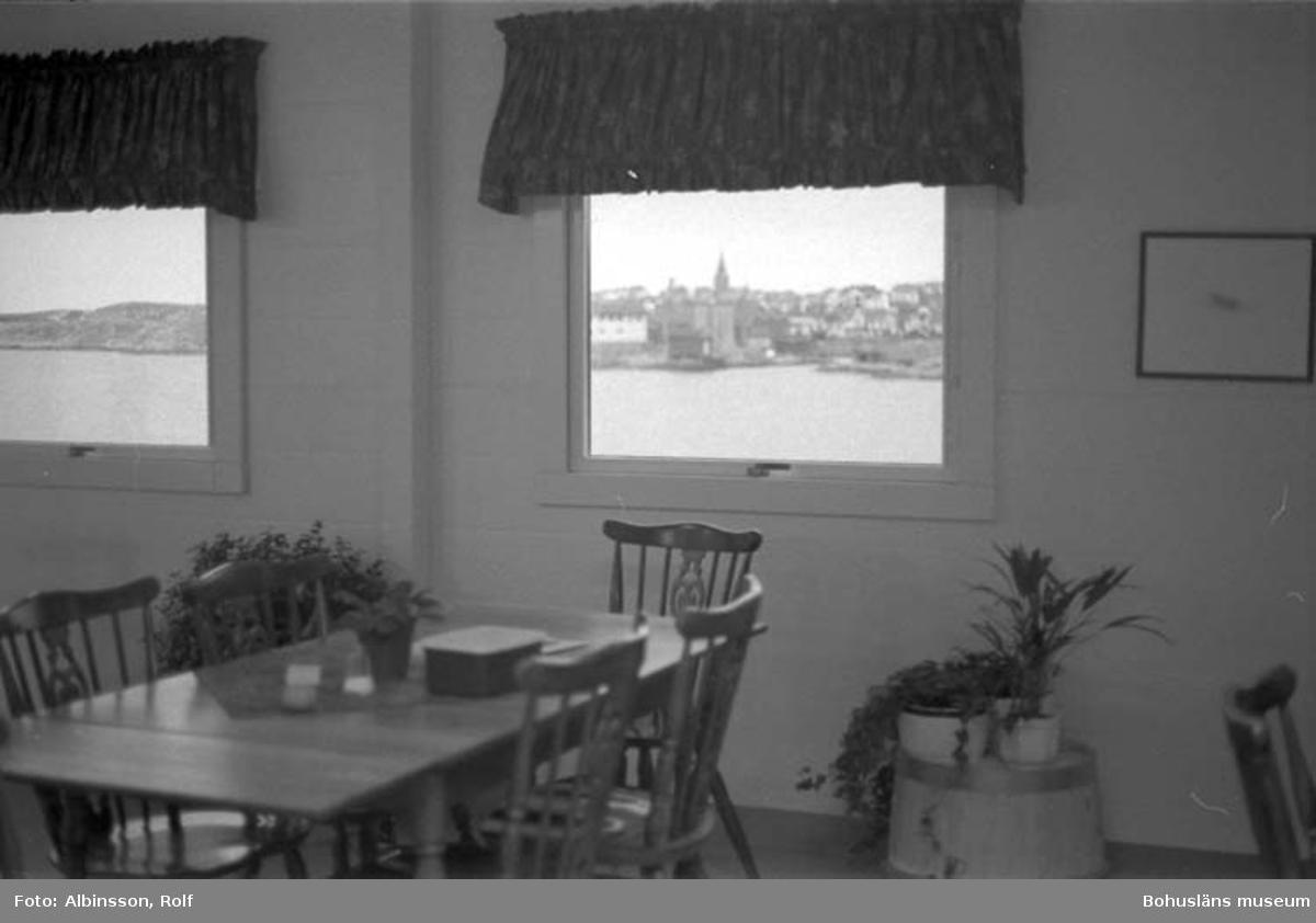 """Enligt fotografens noteringar: """"Personalmatsalen med den vackra utsikten mot Smögen."""" Fototid: 1996-01-19."""