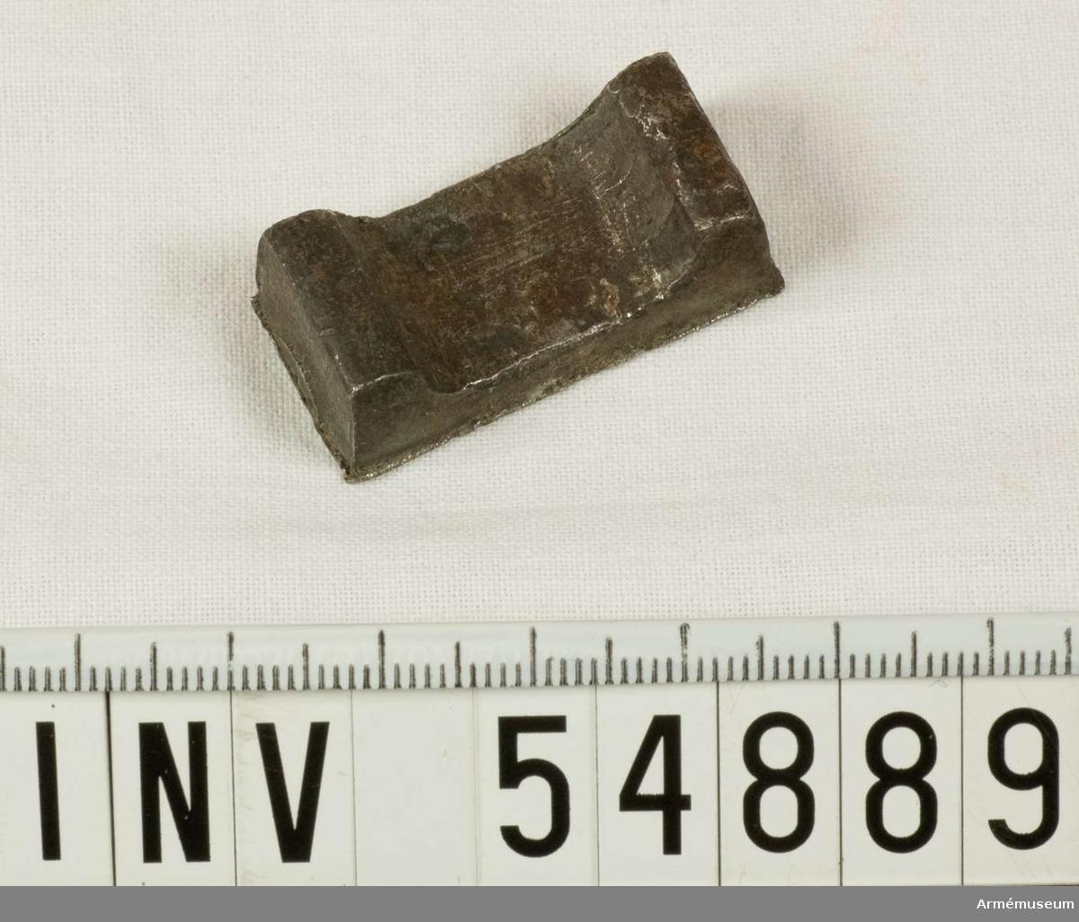 Grupp E VIII.   Del till pipa. Nr 4 (av 9. Ev. saknas en 10:e.) i tillverkningsordningen. Gevärsdel t 1867 års gevär m/1867; en av c:a 400 delar.