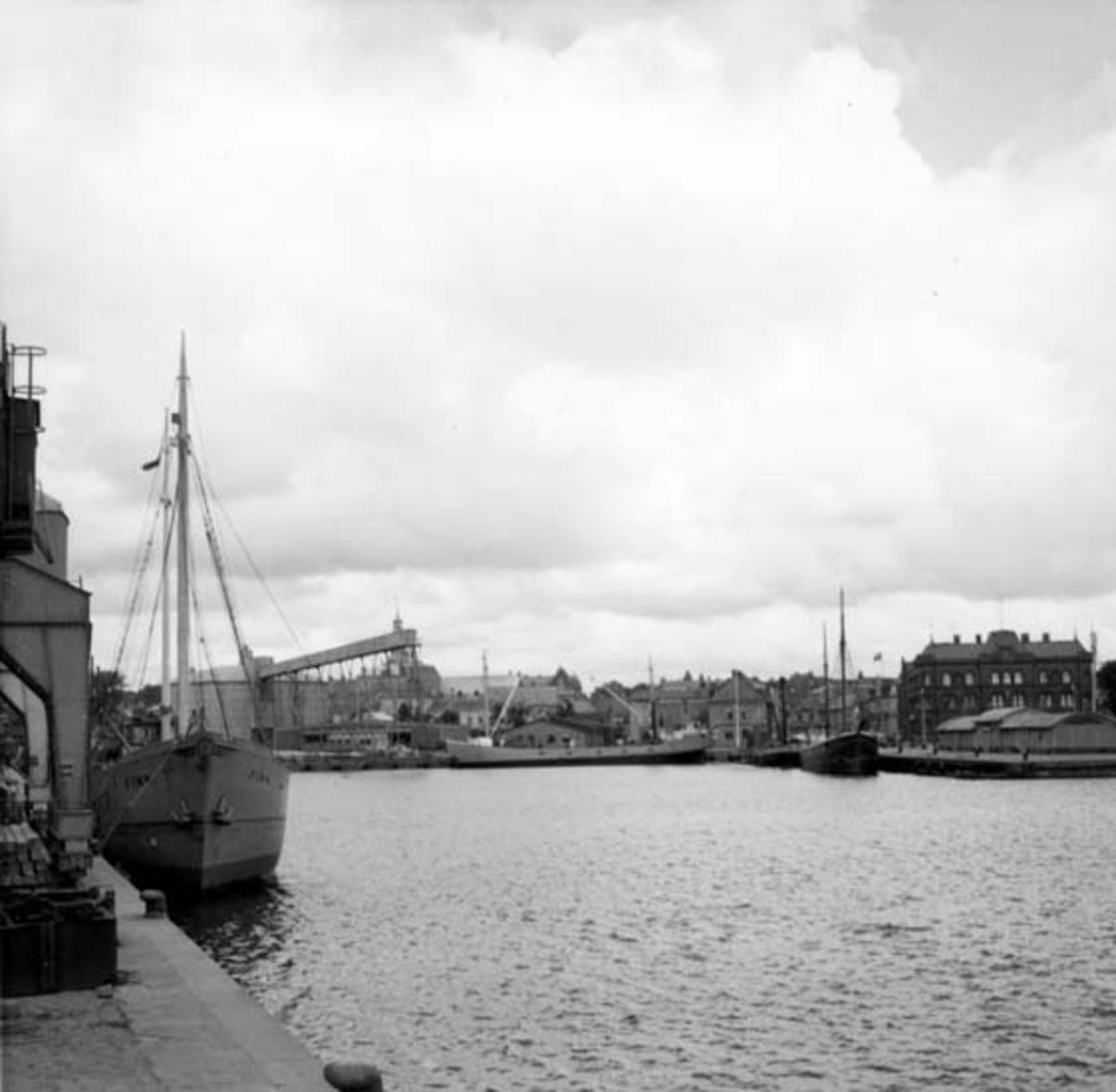 Skrivet på baksidan: Ystad Foto frv FINN - Malmö galeas stål, i mitten DONIA & GULLAN - Karlshamn m/f tidigare 3m/sk stål