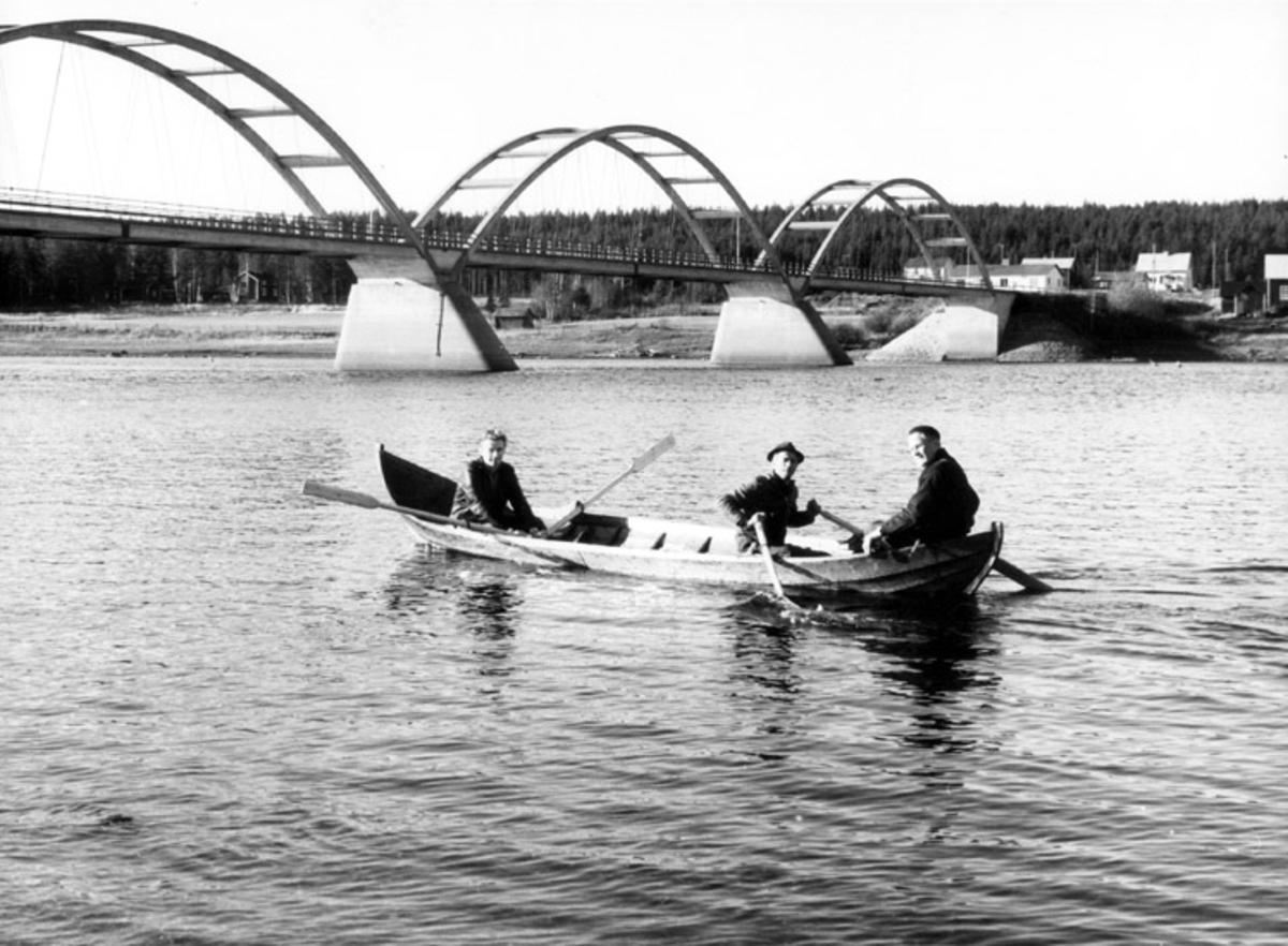 Skrivet på baksidan: Båten på vattnet vid bron över Kalixälv, Svartbyn