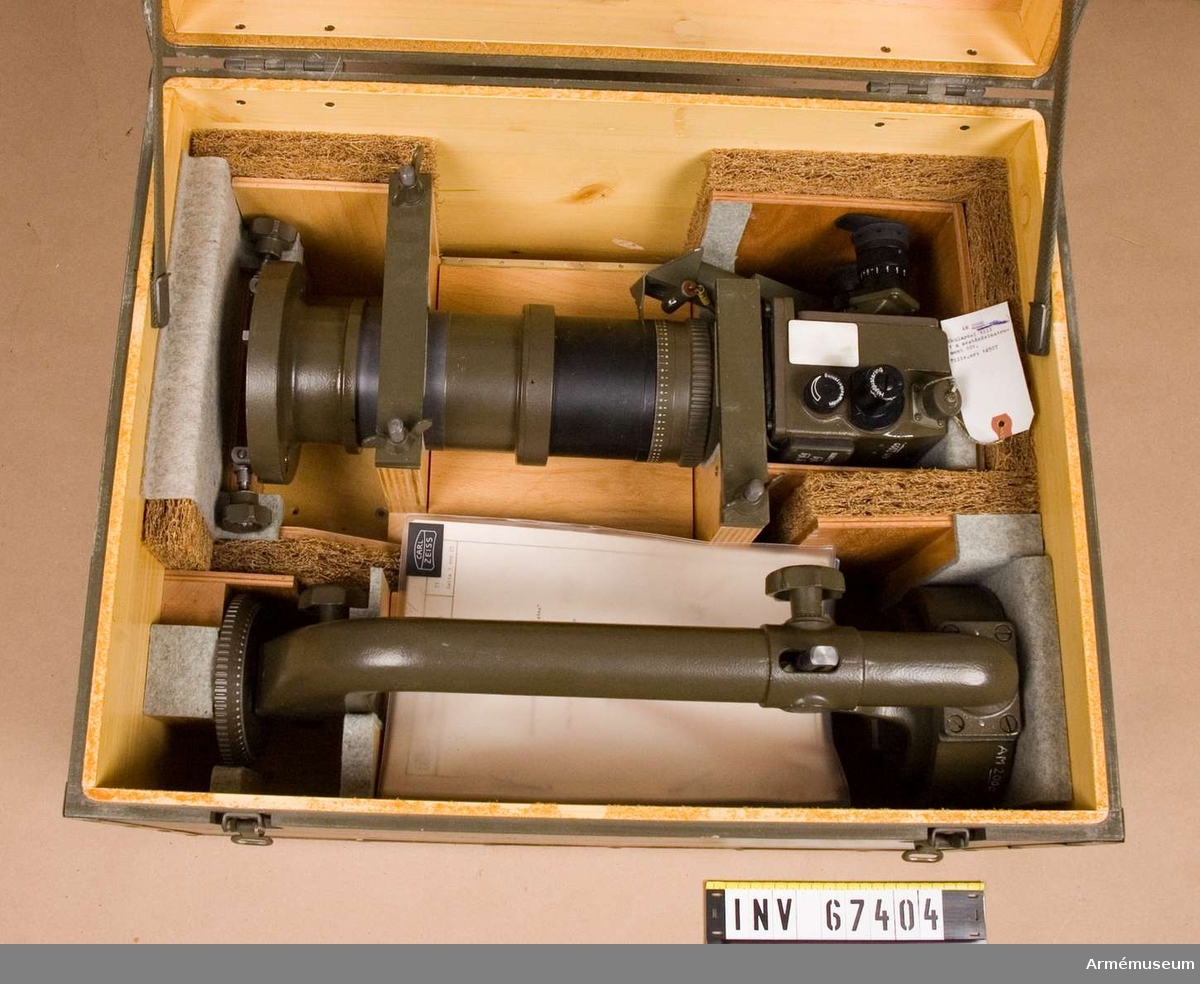 """(16x40) """"Distea"""".  A-instrumentnr: M 3211-510111.  Består av: 1 basrör, 1 bärarm, 1 okulardel, 1 stativ med fodral."""