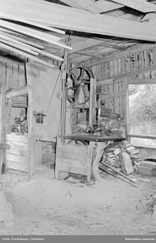 """Motivbeskrivning: """"Bröderna Karlssons varv, interiör från båtbyggarverkstaden (uppförd 1931). På bilden syns en bandsåg."""" Datum: 19800711 Riktning: Nö"""