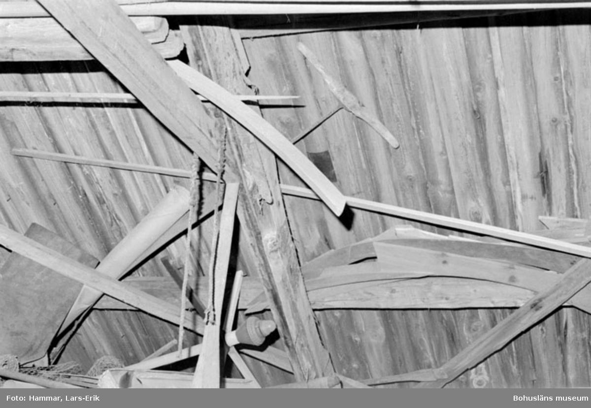 """Motivbeskrivning: """"F.d varv i Skredsvik, uppe vid taket syns bl.a mallar och en långsåg."""" Datum: 19800717"""