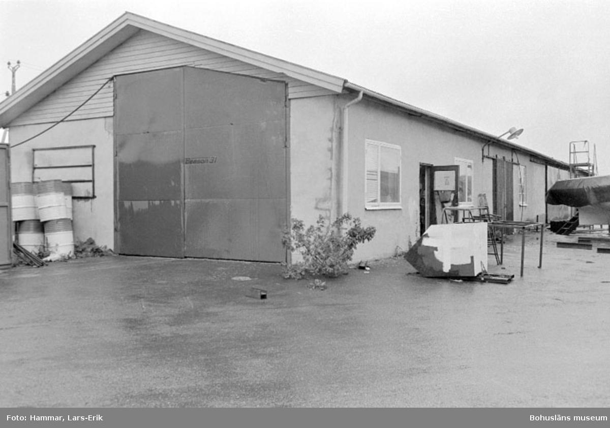 """Motivbeskrivning: """"Widholms industri AB, Gåseberget, Lysekil. På bilden syns båthallen."""" Datum: 19800911"""