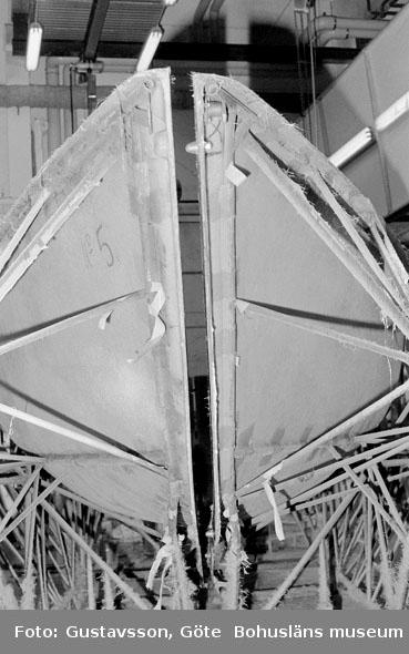 """Motivbeskrivning: """"Gullmarsvarvet AB, skrovform vid hopsättning av skrovhalvor."""" Datum: 19801031"""