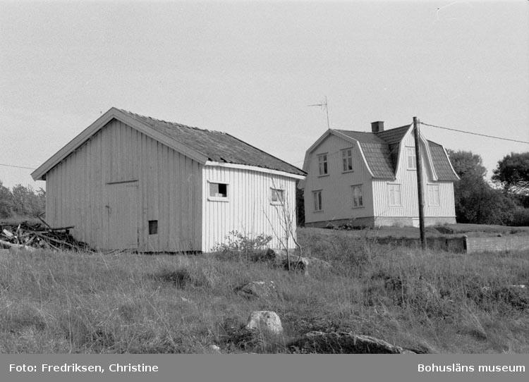 """Motivbeskrivning: """"19800522. båtbyggare Carl Johan Hanssons bostadshus och båtbyggarverkstad, Sydkoster. Ö."""""""