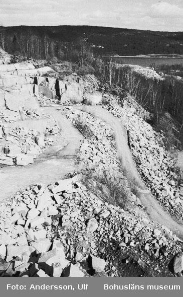 """Bohusläns samhälls- och näringsliv. 2. STENINDUSTRIN. Film: 14  Text som medföljde bilden: """"Detaljbilder från storbrottet Hillern. April 1977."""""""