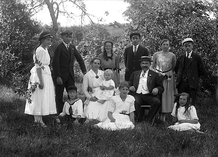 """Enligt senare noteringar: """"Kamrer Sven Bengtsson med familj. Med på bilden bl a sönerna Yngve och Axel, samt döttrarna Signe, Elvy och Ragna.  Bengtsson kom till Munkedal från Torreby 1908, där han varit förvaltare. Han var kamrer på Handelsbanken och även ordförande i kommunalnämnd och fattigvårdsstyrelse."""" (BJ)"""
