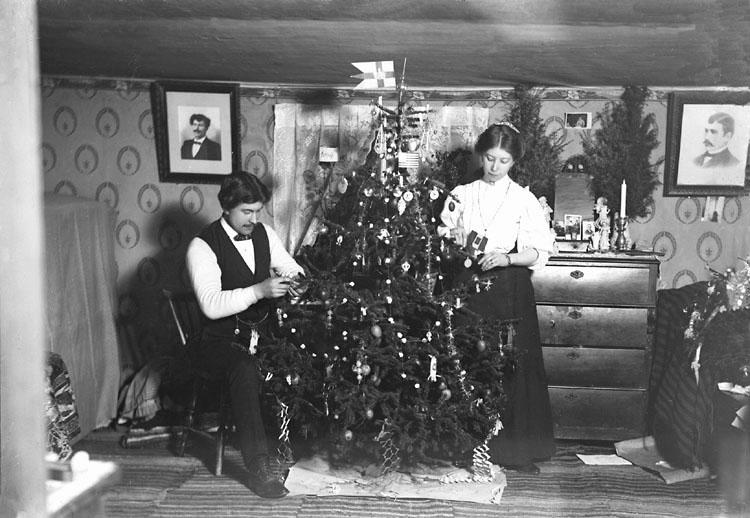 """Enligt senare noteringar: """"Julgransklädning, någonstans i Foss."""" (BJ)"""