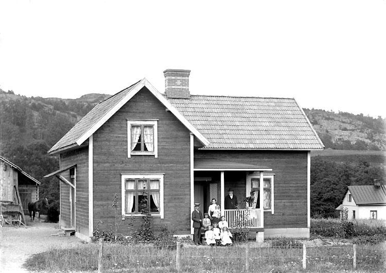 """Enligt senare noteringar: """"Familjen Mårds hus vid Kvistrumsvägen. Personerna på verandan är medlemmar ur släkten Mård. Huset är idag ombyggt och bebos av Knut Mård med fru Märta, f. Berglie."""" (BJ)"""