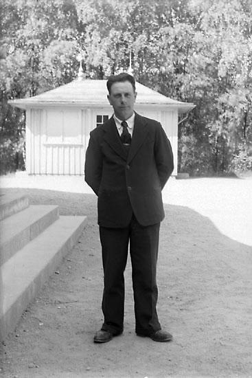"""Enligt noteringar: """"Man bredvid trappan till dansbanan. Bakom mannen kioskbyggnaden. Mannen är troligen Henry Ståhlfors."""" (BJ)"""