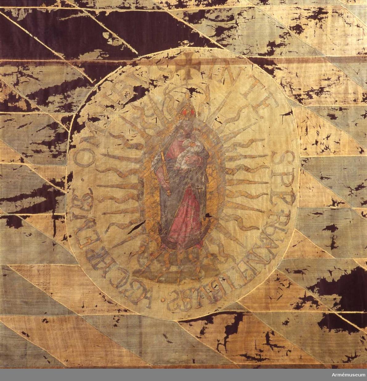 Inre sidan: I en strålomgärdad oval ses St. Patrick, Irlands skyddshelgon, med en mitra på huvudet omgärdad av en korsprydd gloria. I vänster hand håller han en kräkla och vid hans högra fot ringlar en orm. Yttre sidan: Maria med barnet på en månskära, omgiven av en solstrålekrans. Enligt legenden fördrev St. Patrick den sista ormen från Irland genom att lura ned den i en ask som han sedan kastade i havet. Jungfru Maria är Bayerns skyddshelgon, här stående på en månskära med barnet, omgiven av en solstrålekrans symboliserar hon brudgummens beskrivning av bruden i Höga Visan 6:9. (se kat nr 9) Den med gröna och orange sparrar mönstrade bården, Irlands färger, och de blå och vita romboiderna, Bayerns färger, tyder ytterligare på ett samband mellan Bayern och Irland.