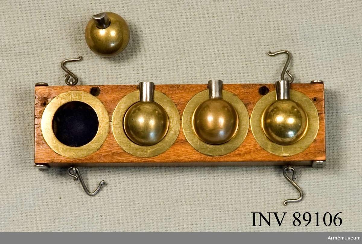 Grupp F V.  Modell av formlåda för kulgjutning. Tryckbotten med kulmodeller samt första formlådan (före  formsandens påfyllande).  B. Lock till formlådan med sina två skruvtvingar.  C. Övre formlådan med sitt lock.  Projekt år 1753 av Johan Nyman, direktör för ammunitions- gjutningen i Sverige.