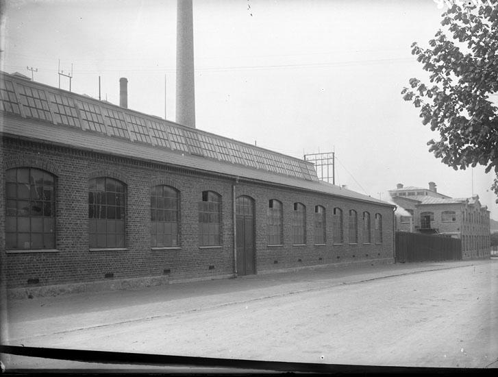 """Enligt tidigare noteringar: """"Extriör Uddevalla. Tändsticksfabrik fasaden mot Norra Långgatan (= Kilbäcksgatan)."""""""