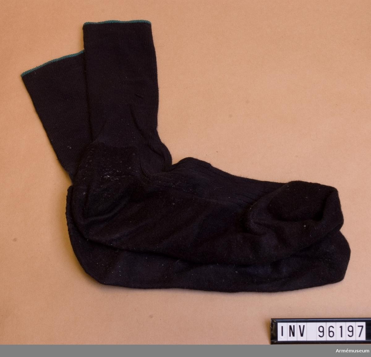 Ett par svarta sockor med grön kant.