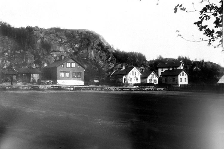 """Enligt tidigare notering: """"Bostadshus vid Stora Kålgårdsberget. Bohusbanan kom att gå här utmed Sörkällegatan."""""""